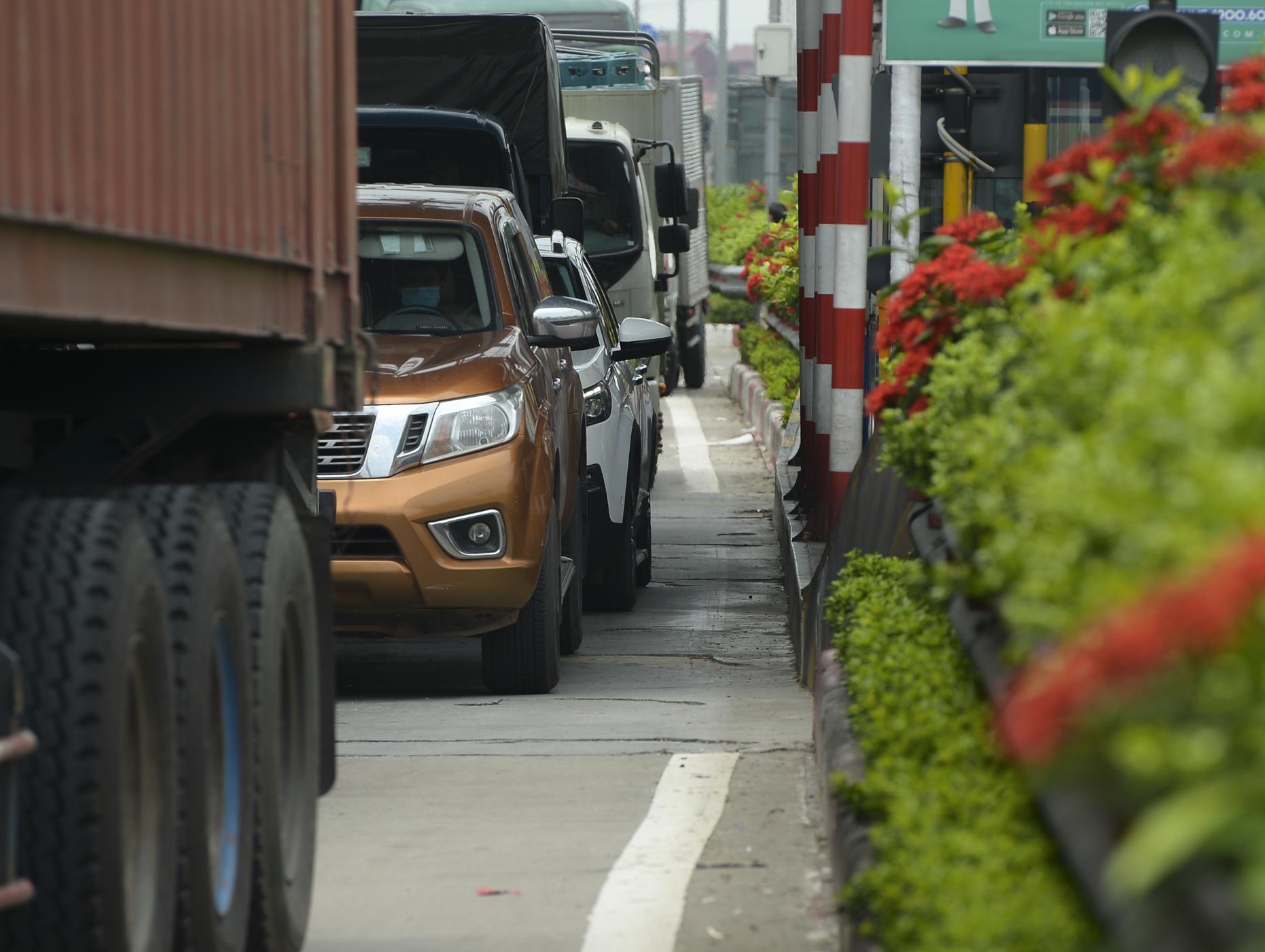 Hà Nội giãn cách xã hội, cao tốc Pháp Vân - Cầu Giẽ 80% xe phải quay đầu, nhiều tài xế bất ngờ, to tiếng với CSGT - Ảnh 8.