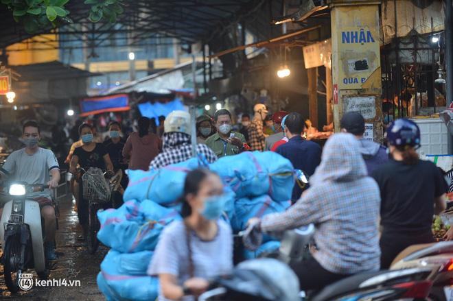 Hà Nội đóng cửa ngõ ra vào thành phố, nhiều xe phải quay đầu. Sáng nay, thêm 3.991 ca mắc COVID-19, riêng TP.HCM 2.070 ca - Ảnh 1.