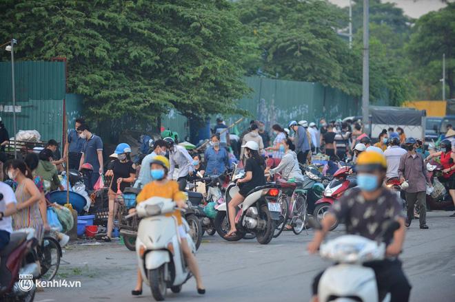 Hà Nội đóng cửa ngõ ra vào thành phố, nhiều xe phải quay đầu. Sáng nay, thêm 3.991 ca mắc COVID-19, riêng TP.HCM 2.070 ca - Ảnh 4.