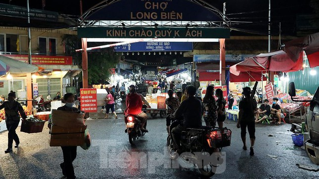 Chợ đêm Long Biên tập nập trước giờ Hà Nội cách ly chống dịch COVID-19 - Ảnh 1.