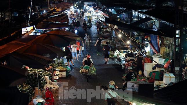 Chợ đêm Long Biên tập nập trước giờ Hà Nội cách ly chống dịch COVID-19 - Ảnh 2.