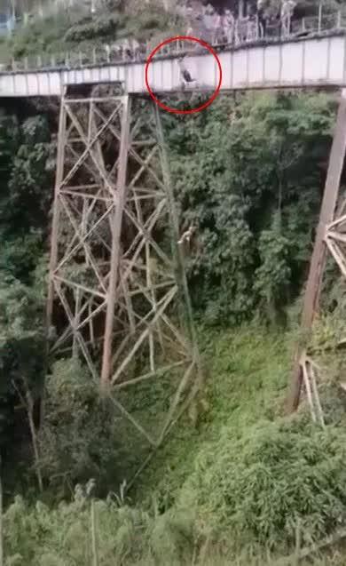 Colombia: Khoảnh khắc cô gái lao thẳng từ trên cầu cao xuống đất vì sai lầm chết người - Ảnh 3.