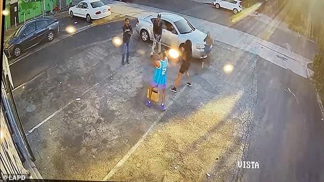Video: Tên cướp Mỹ ngổ ngáo rút súng đe dọa, không ngờ nạn nhân ra tay ác hơn - Ảnh 3.