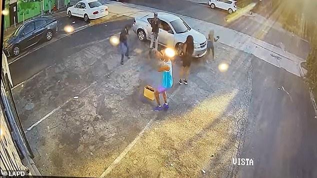Video: Tên cướp Mỹ ngổ ngáo rút súng đe dọa, không ngờ nạn nhân ra tay ác hơn - Ảnh 4.