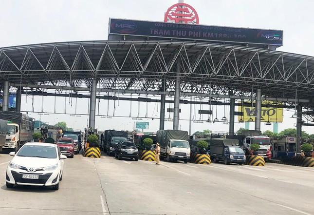 Hà Nội đóng cửa ngõ ra vào thành phố, nhiều xe phải quay đầu. Thêm 3.991 ca mắc COVID-19, riêng TP.HCM 2.070 ca - Ảnh 1.