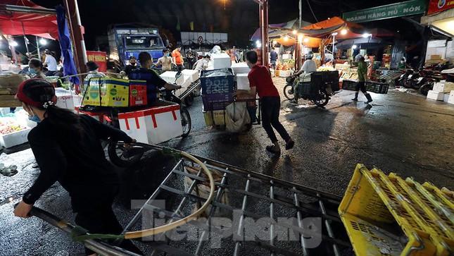 Chợ đêm Long Biên tập nập trước giờ Hà Nội cách ly chống dịch COVID-19 - Ảnh 11.