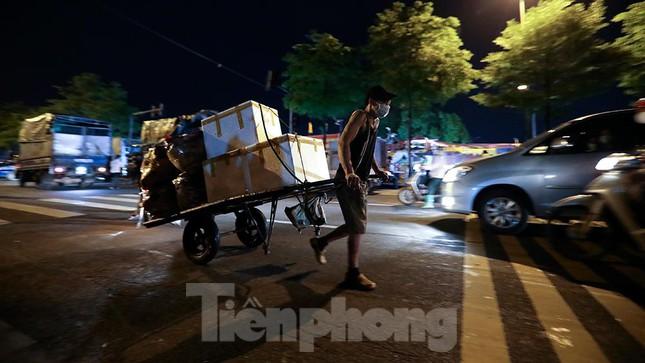 Chợ đêm Long Biên tập nập trước giờ Hà Nội cách ly chống dịch COVID-19 - Ảnh 12.
