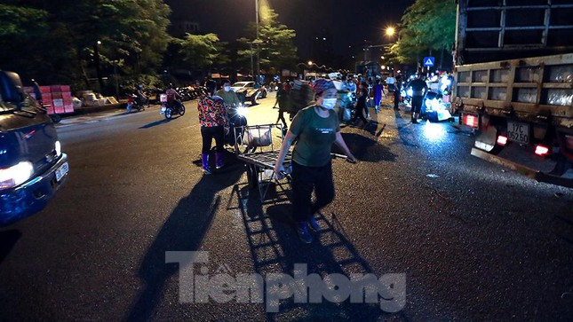 Chợ đêm Long Biên tập nập trước giờ Hà Nội cách ly chống dịch COVID-19 - Ảnh 13.
