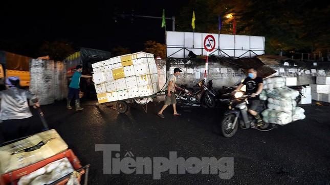 Chợ đêm Long Biên tập nập trước giờ Hà Nội cách ly chống dịch COVID-19 - Ảnh 14.