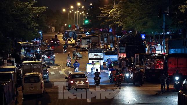 Chợ đêm Long Biên tập nập trước giờ Hà Nội cách ly chống dịch COVID-19 - Ảnh 15.