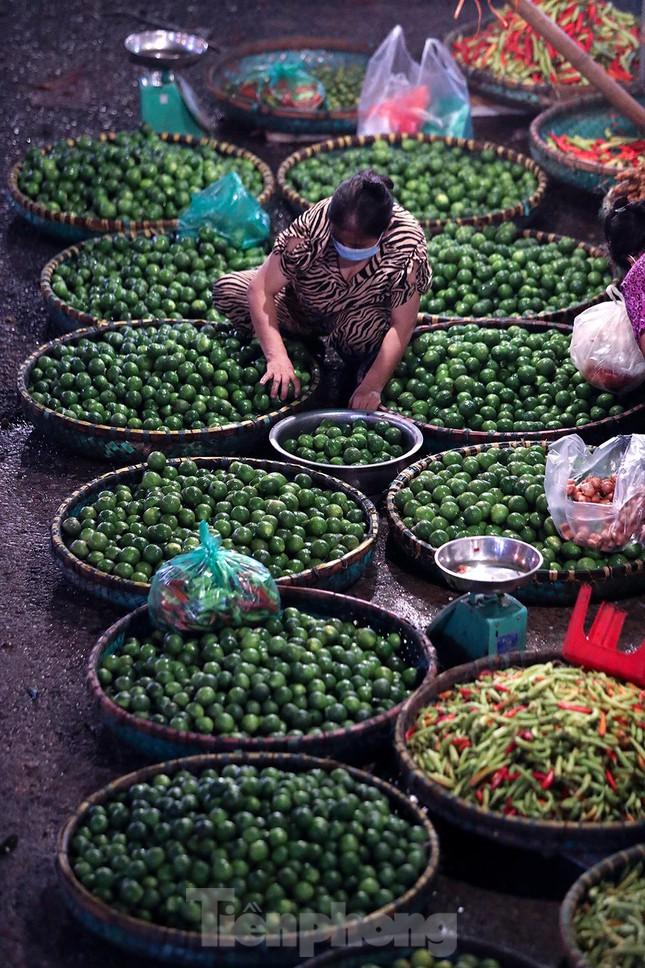 Chợ đêm Long Biên tập nập trước giờ Hà Nội cách ly chống dịch COVID-19 - Ảnh 3.