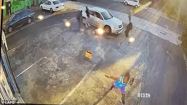 Video: Tên cướp Mỹ ngổ ngáo rút súng đe dọa, không ngờ nạn nhân ra tay ác hơn - Ảnh 5.