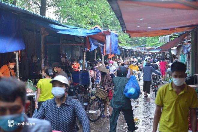 Ảnh: Từ sáng sớm, các khu chợ ở Hà Nội đã đông nghẹt người mua hàng - Ảnh 4.
