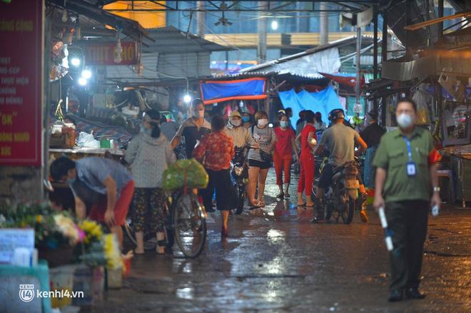 Hà Nội đóng cửa ngõ ra vào thành phố, nhiều xe phải quay đầu. Sáng nay, thêm 3.991 ca mắc COVID-19, riêng TP.HCM 2.070 ca - Ảnh 3.