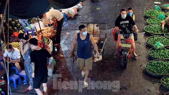 Chợ đêm Long Biên tập nập trước giờ Hà Nội cách ly chống dịch COVID-19 - Ảnh 4.