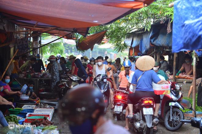 Ảnh: Từ sáng sớm, các khu chợ ở Hà Nội đã đông nghẹt người mua hàng - Ảnh 5.