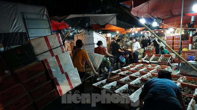 Chợ đêm Long Biên tập nập trước giờ Hà Nội cách ly chống dịch COVID-19 - Ảnh 5.