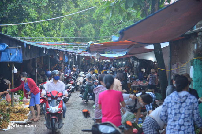 Ảnh: Từ sáng sớm, các khu chợ ở Hà Nội đã đông nghẹt người mua hàng - Ảnh 6.