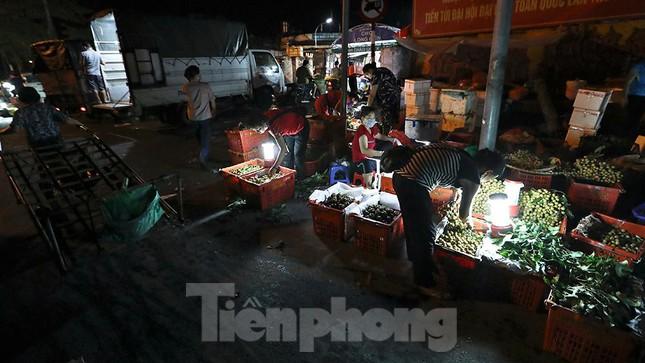 Chợ đêm Long Biên tập nập trước giờ Hà Nội cách ly chống dịch COVID-19 - Ảnh 6.