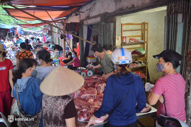 Ảnh: Từ sáng sớm, các khu chợ ở Hà Nội đã đông nghẹt người mua hàng - Ảnh 7.