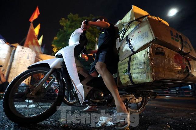 Chợ đêm Long Biên tập nập trước giờ Hà Nội cách ly chống dịch COVID-19 - Ảnh 7.