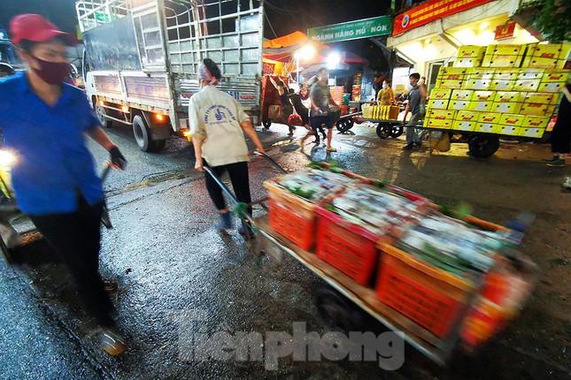 Chợ đêm Long Biên tập nập trước giờ Hà Nội cách ly chống dịch COVID-19 - Ảnh 8.