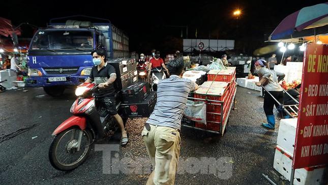Chợ đêm Long Biên tập nập trước giờ Hà Nội cách ly chống dịch COVID-19 - Ảnh 9.