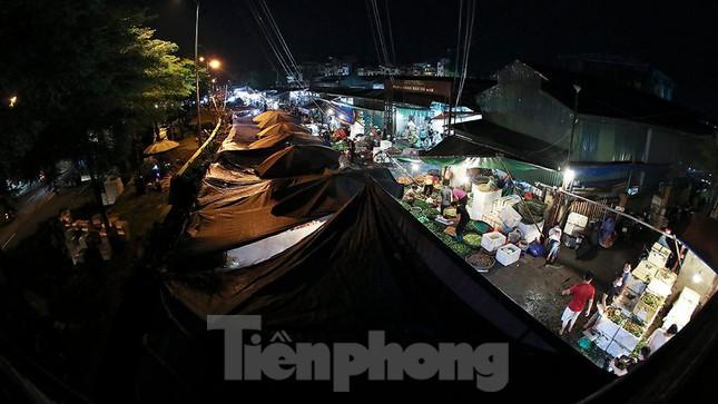 Chợ đêm Long Biên tập nập trước giờ Hà Nội cách ly chống dịch COVID-19 - Ảnh 10.