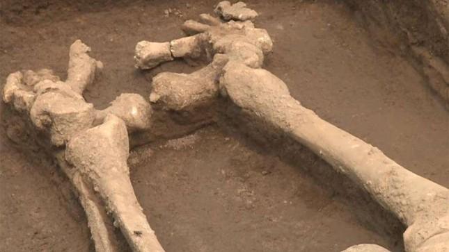 Sốc với bộ xương của những người khổng lồ Trung Quốc 5.000 năm tuổi - Ảnh 1.