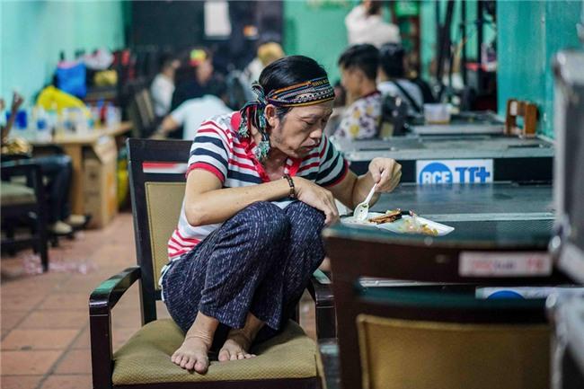 Người Việt có một thói quen cực kì nguy hiểm là gác chân lên ghế khi ăn, xin mời xem luôn clip này để thấy tai hoạ trời giáng là thế nào! - Ảnh 7.