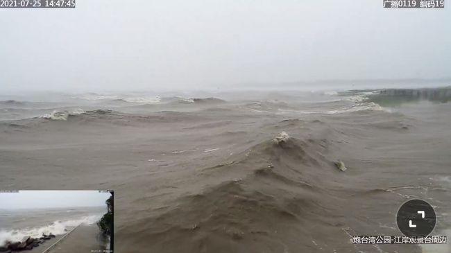 Siêu bão In-fa bắt đầu đổ bộ Trung Quốc, người dân Thượng Hải: Nhìn qua video thôi đã thấy run rẩy - Ảnh 1.