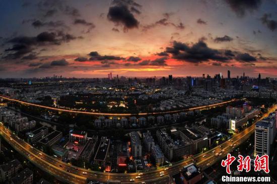 Loạt ảnh: Hoàng hôn màu cam rực hiếm thấy ở Nam Kinh, Trung Quốc một ngày trước khi bão In-fa đổ bộ - Ảnh 2.