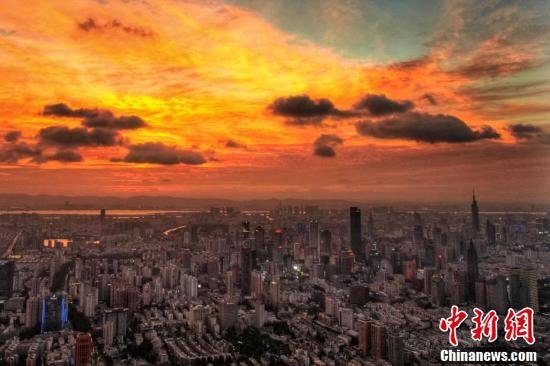 Loạt ảnh: Hoàng hôn màu cam rực hiếm thấy ở Nam Kinh, Trung Quốc một ngày trước khi bão In-fa đổ bộ - Ảnh 1.