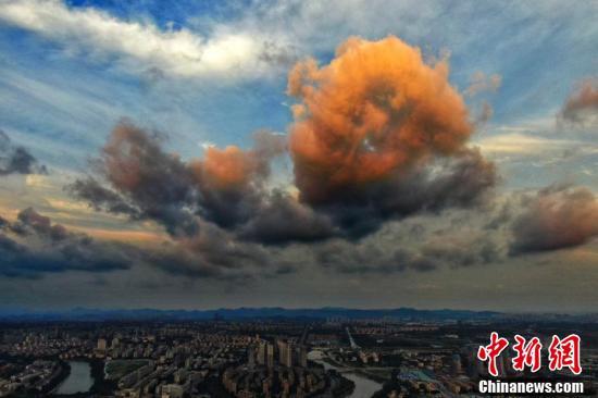 Loạt ảnh: Hoàng hôn màu cam rực hiếm thấy ở Nam Kinh, Trung Quốc một ngày trước khi bão In-fa đổ bộ - Ảnh 3.