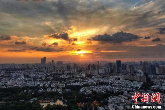 Loạt ảnh: Hoàng hôn màu cam rực hiếm thấy ở Nam Kinh, Trung Quốc một ngày trước khi bão In-fa đổ bộ - Ảnh 4.