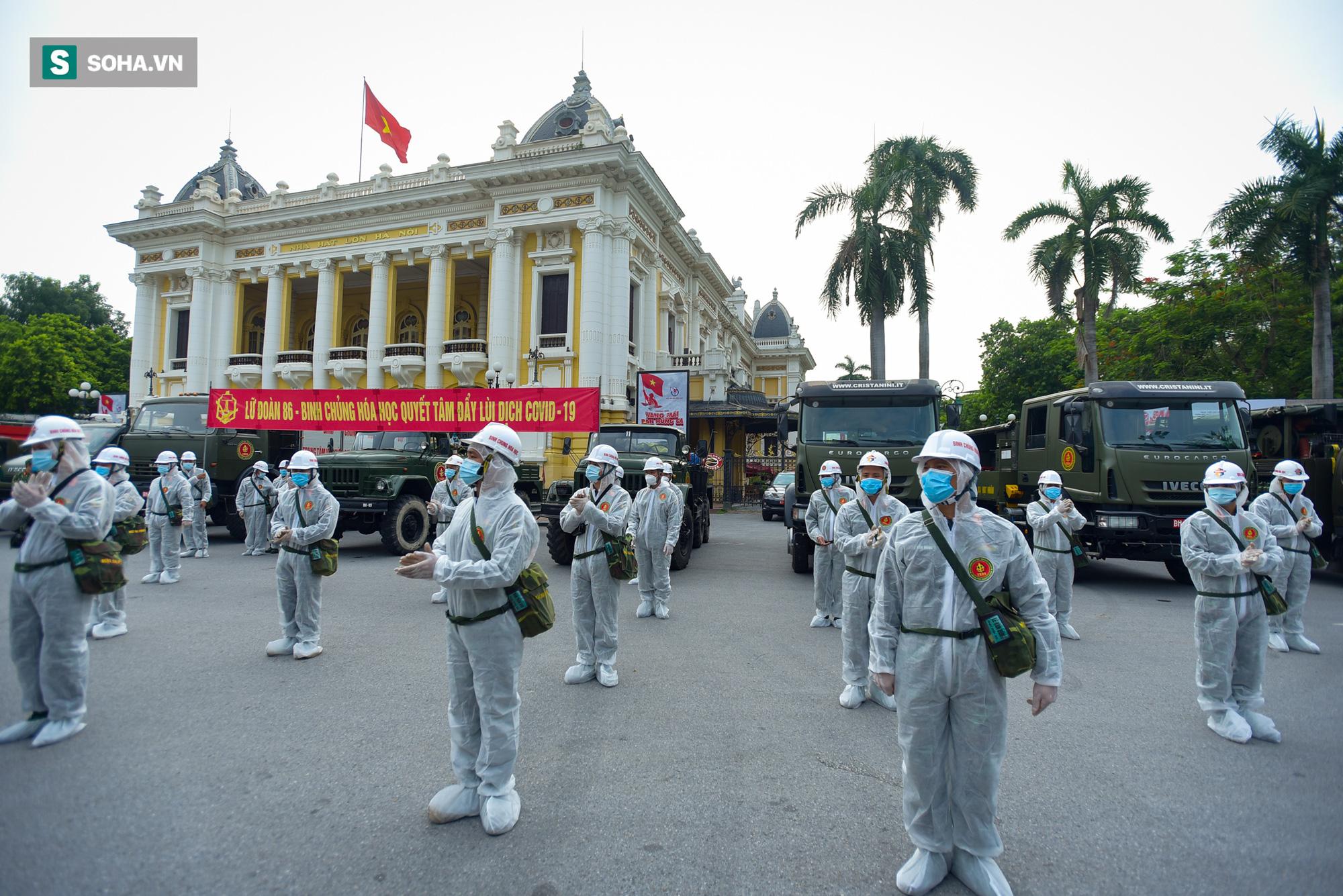 Cận cảnh 15 xe đặc chủng cùng 180 chiến sĩ phun khử khuẩn toàn bộ quận Hoàn Kiếm - Ảnh 1.