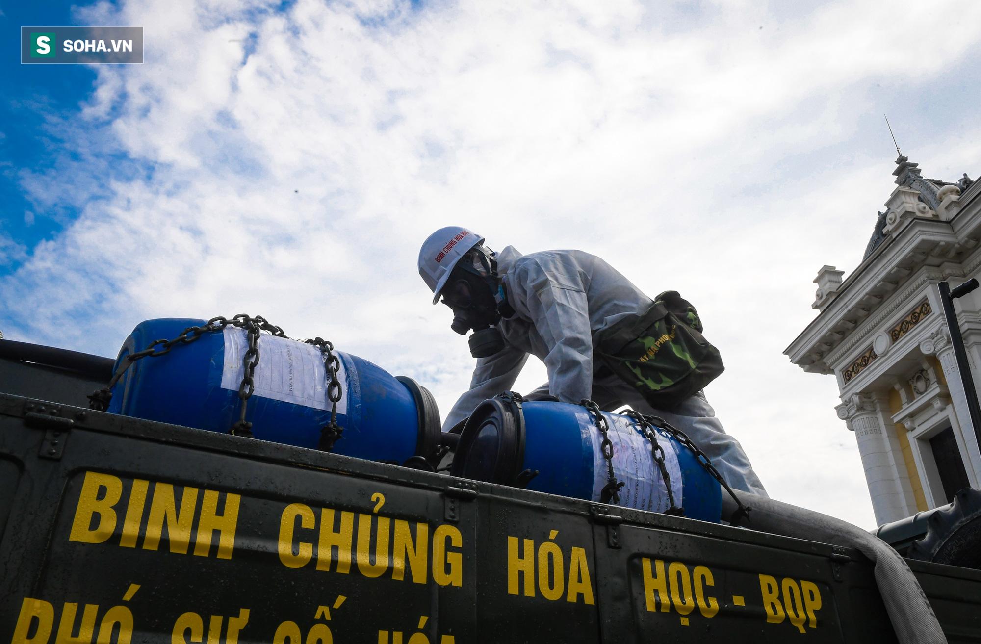 Cận cảnh 15 xe đặc chủng cùng 180 chiến sĩ phun khử khuẩn toàn bộ quận Hoàn Kiếm - Ảnh 11.