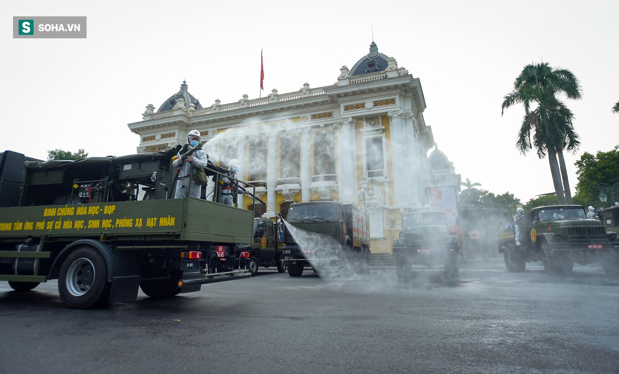 Cận cảnh 15 xe đặc chủng cùng 180 chiến sĩ phun khử khuẩn toàn bộ quận Hoàn Kiếm - Ảnh 2.