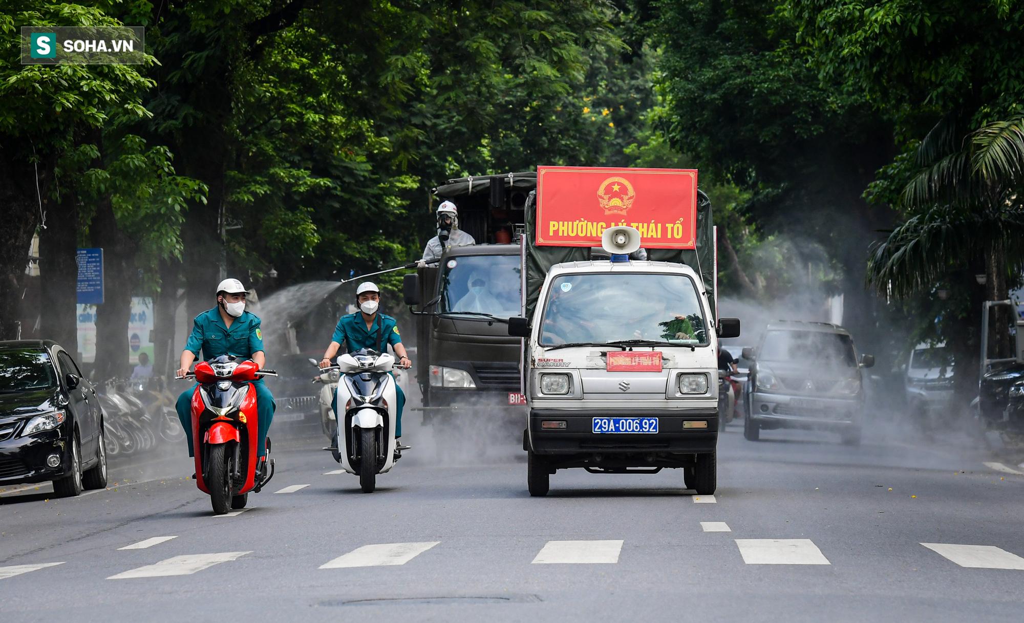Cận cảnh 15 xe đặc chủng cùng 180 chiến sĩ phun khử khuẩn toàn bộ quận Hoàn Kiếm - Ảnh 6.