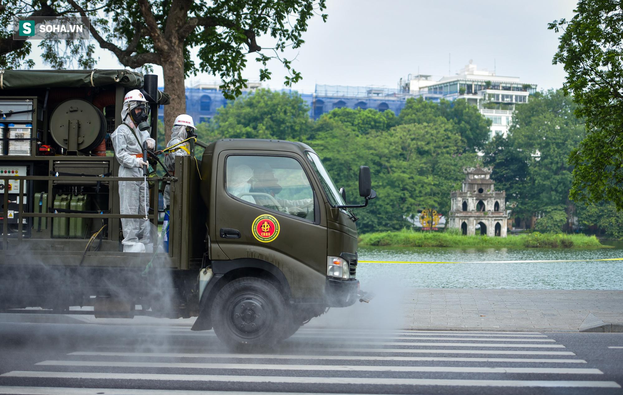 Cận cảnh 15 xe đặc chủng cùng 180 chiến sĩ phun khử khuẩn toàn bộ quận Hoàn Kiếm - Ảnh 7.