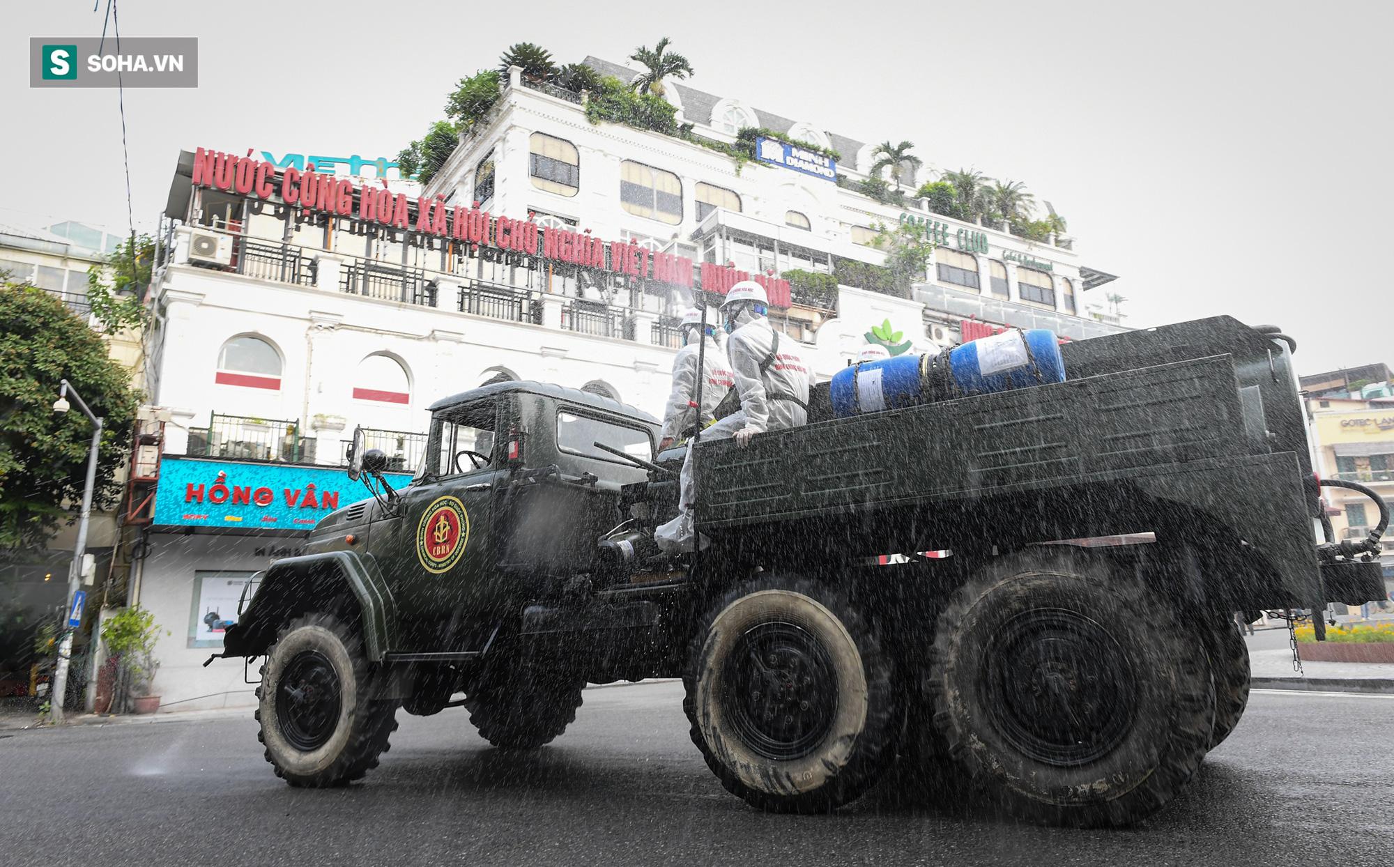 Cận cảnh 15 xe đặc chủng cùng 180 chiến sĩ phun khử khuẩn toàn bộ quận Hoàn Kiếm - Ảnh 8.