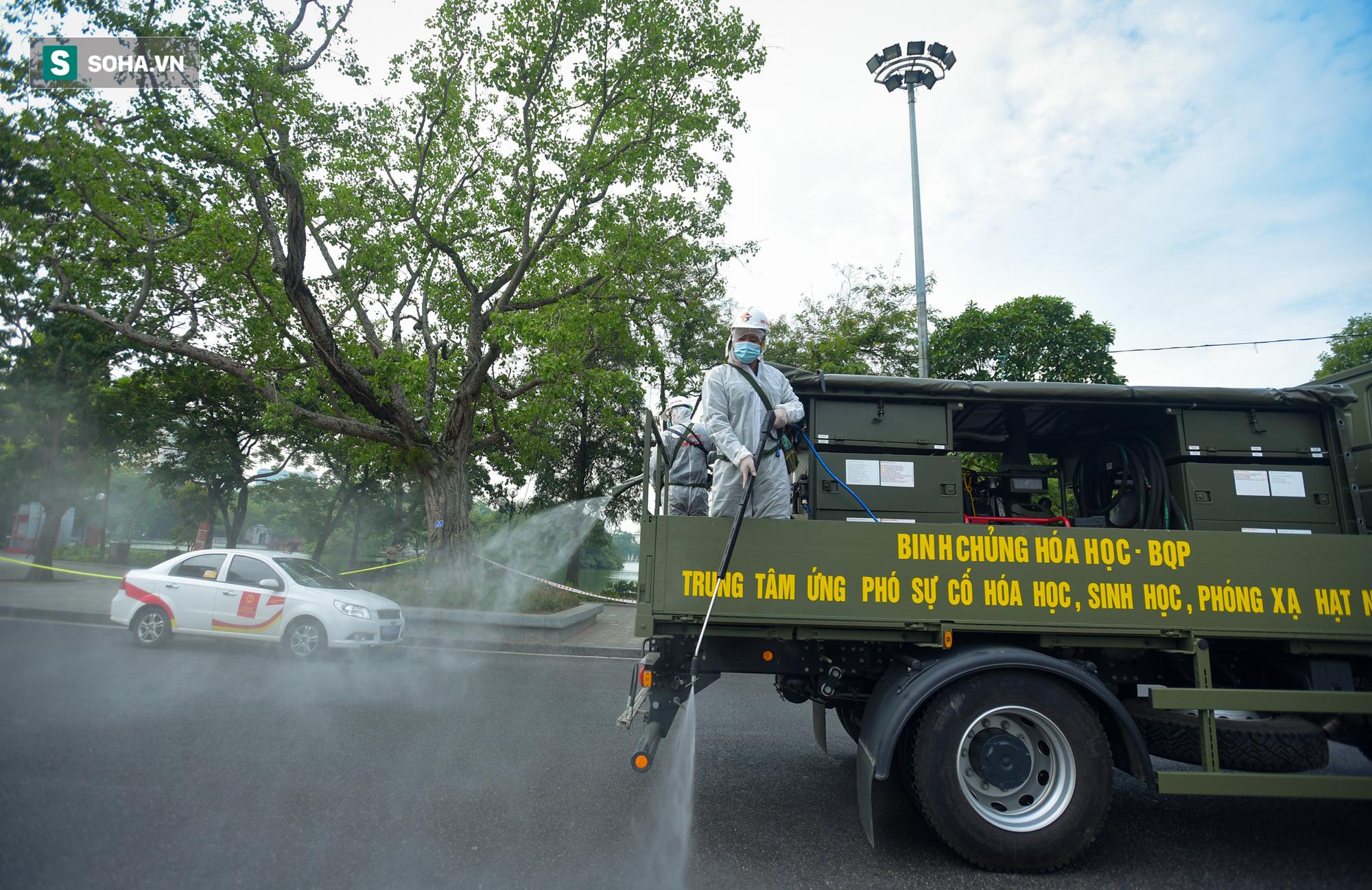 Cận cảnh 15 xe đặc chủng cùng 180 chiến sĩ phun khử khuẩn toàn bộ quận Hoàn Kiếm - Ảnh 9.
