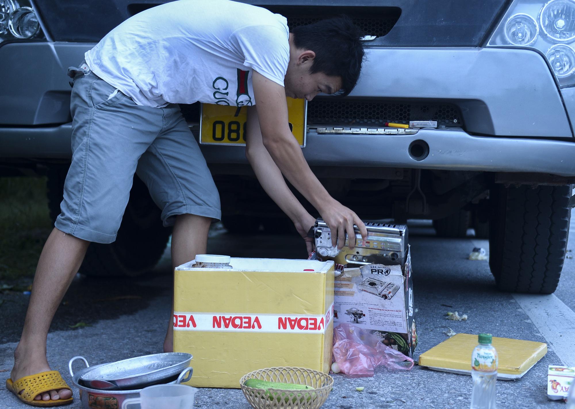 Bữa cơm nấu vội ngay ven đường của tài xế nằm chờ gần 2 ngày để xin giấy luồng xanh vào Hà Nội - Ảnh 11.