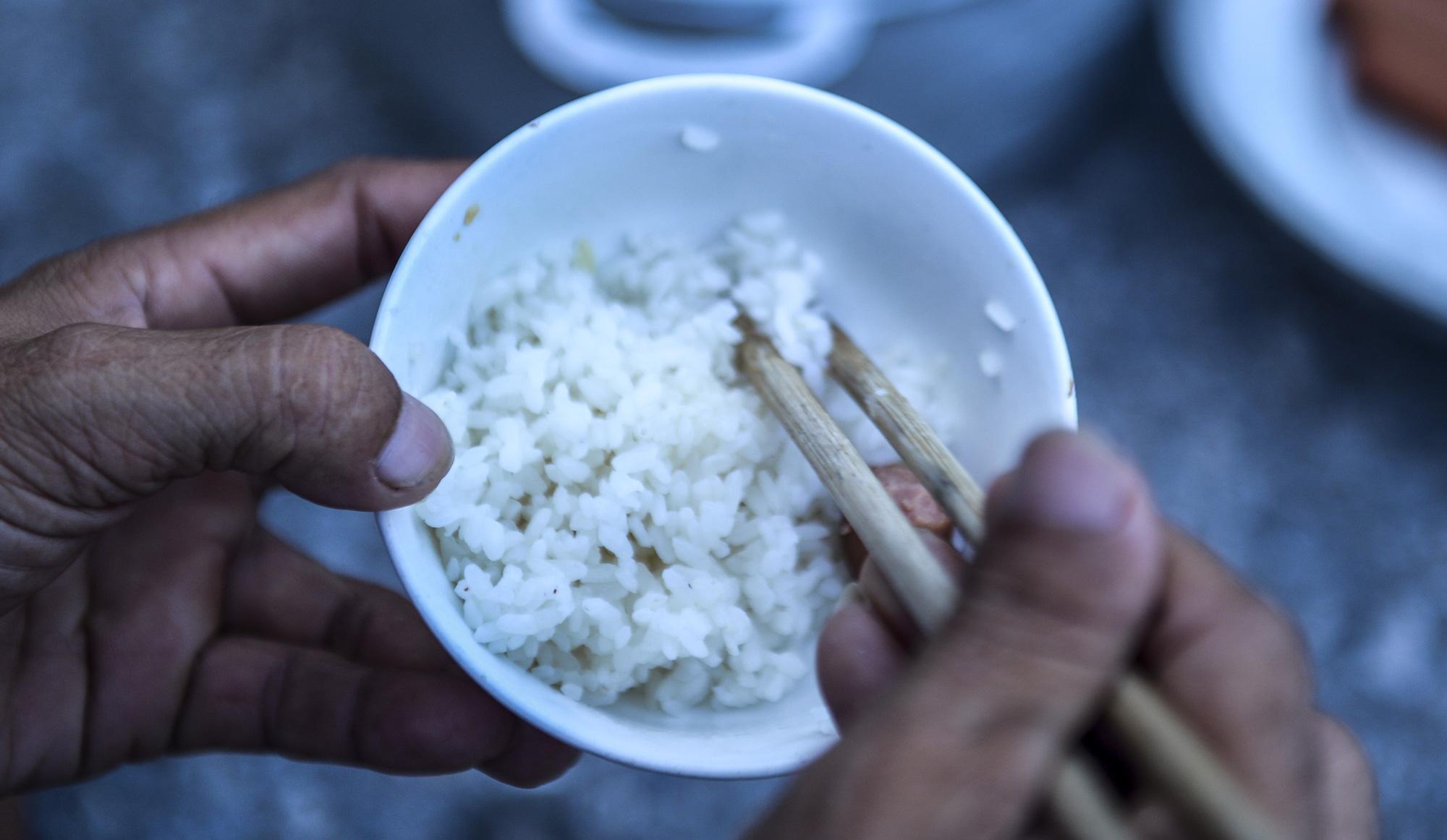 Bữa cơm nấu vội ngay ven đường của tài xế nằm chờ gần 2 ngày để xin giấy luồng xanh vào Hà Nội - Ảnh 7.