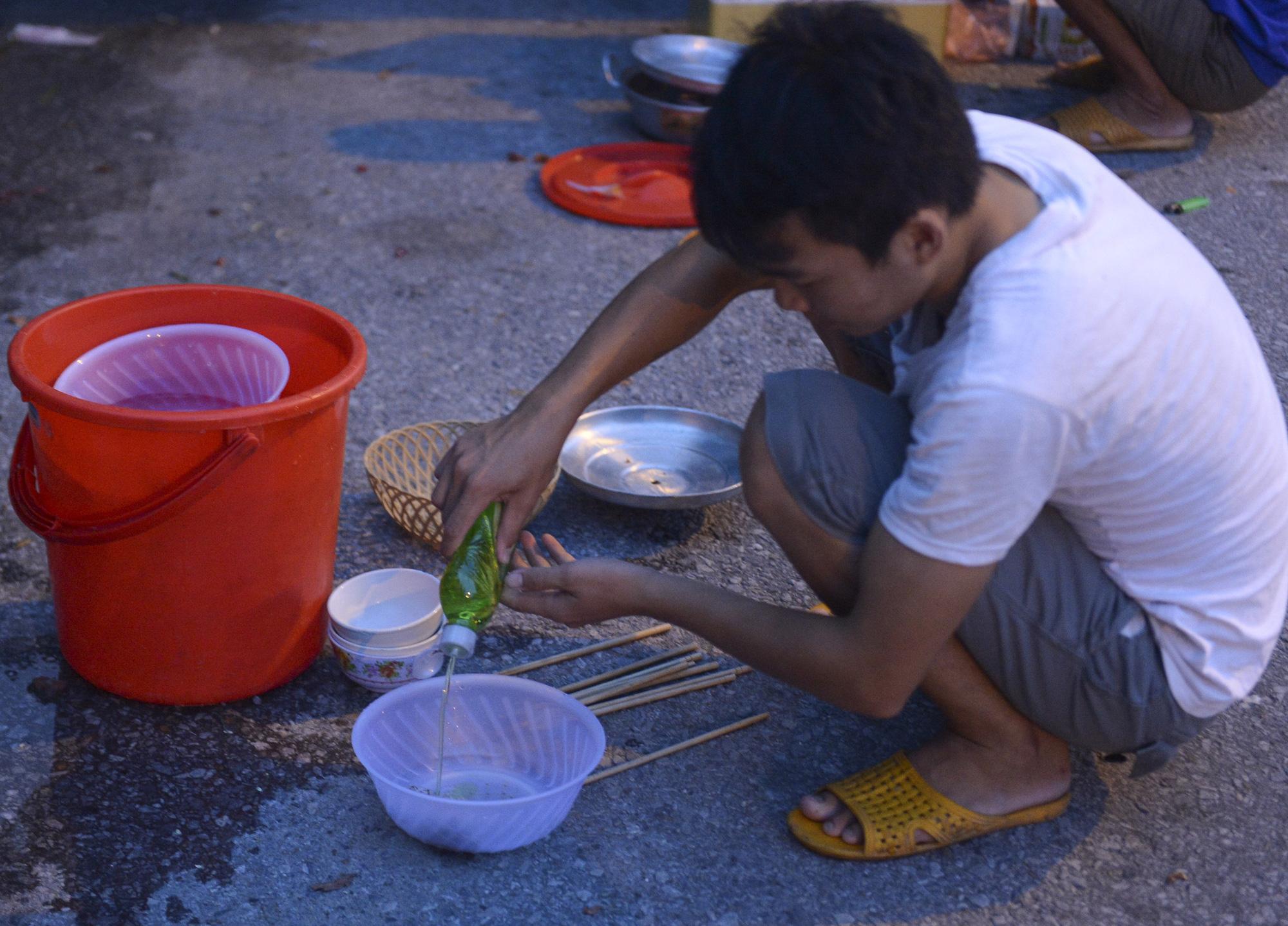 Bữa cơm nấu vội ngay ven đường của tài xế nằm chờ gần 2 ngày để xin giấy luồng xanh vào Hà Nội - Ảnh 13.