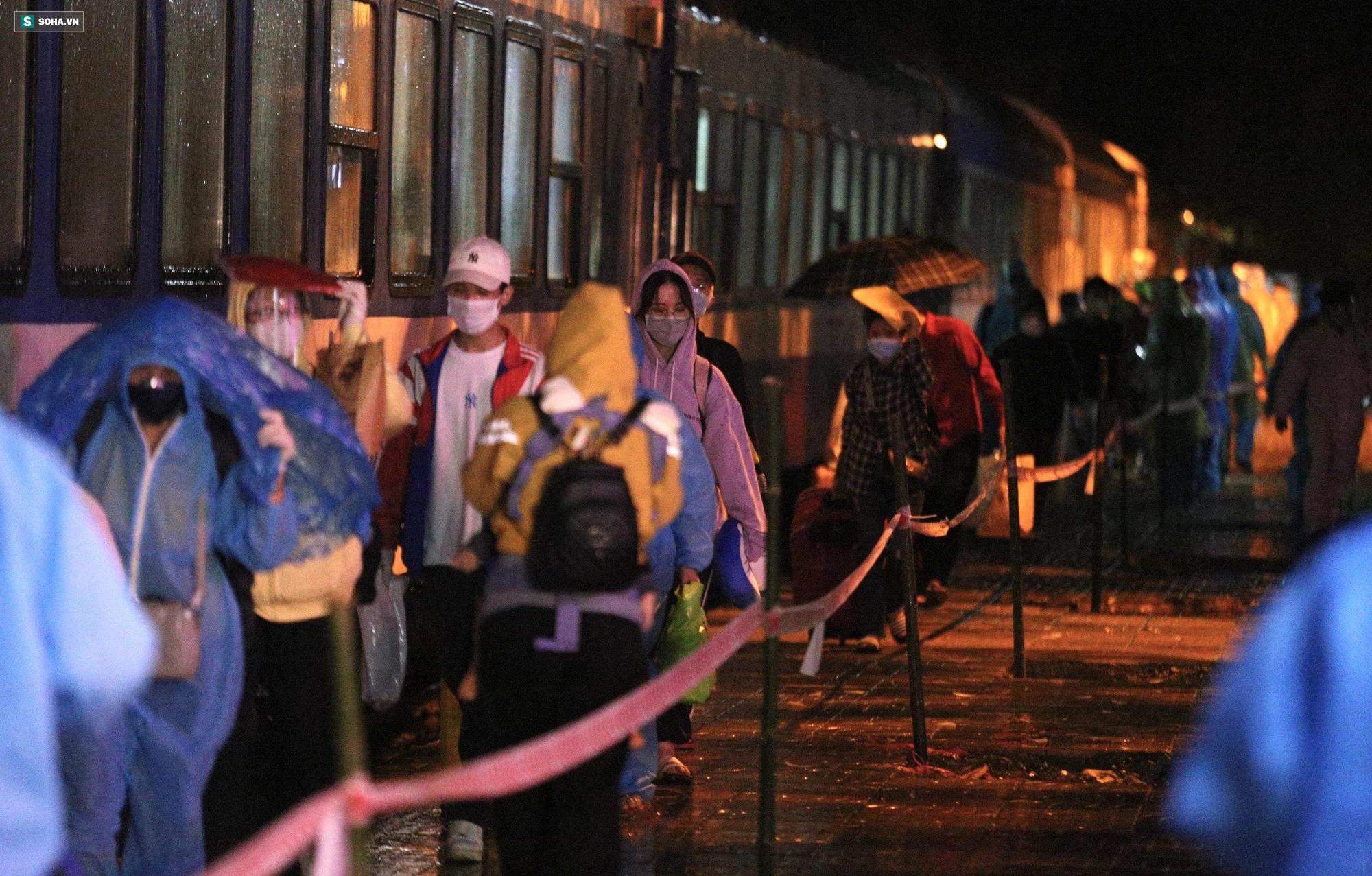 Xúc động đón hơn 800 công dân từ TP.HCM hồi hương về Hà Tĩnh - Ảnh 2.