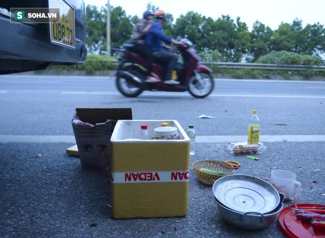 Bữa cơm nấu vội ngay ven đường của tài xế nằm chờ gần 2 ngày để xin giấy luồng xanh vào Hà Nội - Ảnh 10.