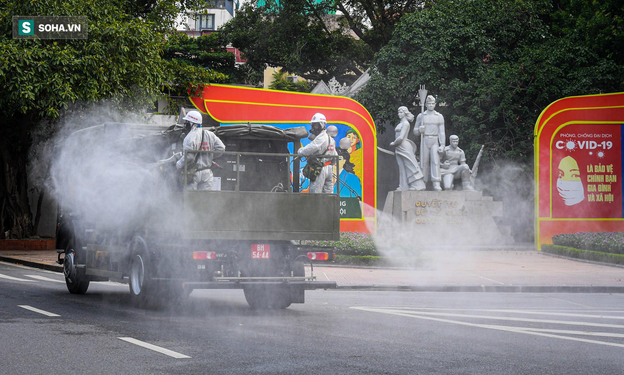 Cận cảnh 15 xe đặc chủng cùng 180 chiến sĩ phun khử khuẩn toàn bộ quận Hoàn Kiếm - Ảnh 10.
