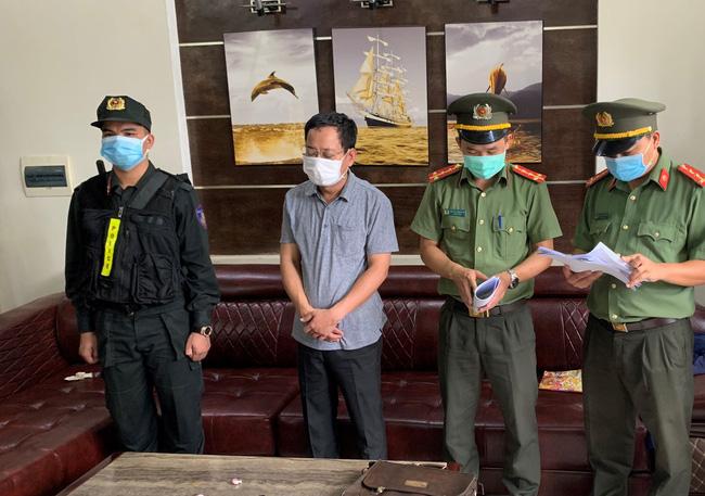 Khởi tố, bắt tạm giam Chánh văn phòng Cảng hàng không quốc tế Phú Bài - Ảnh 1.