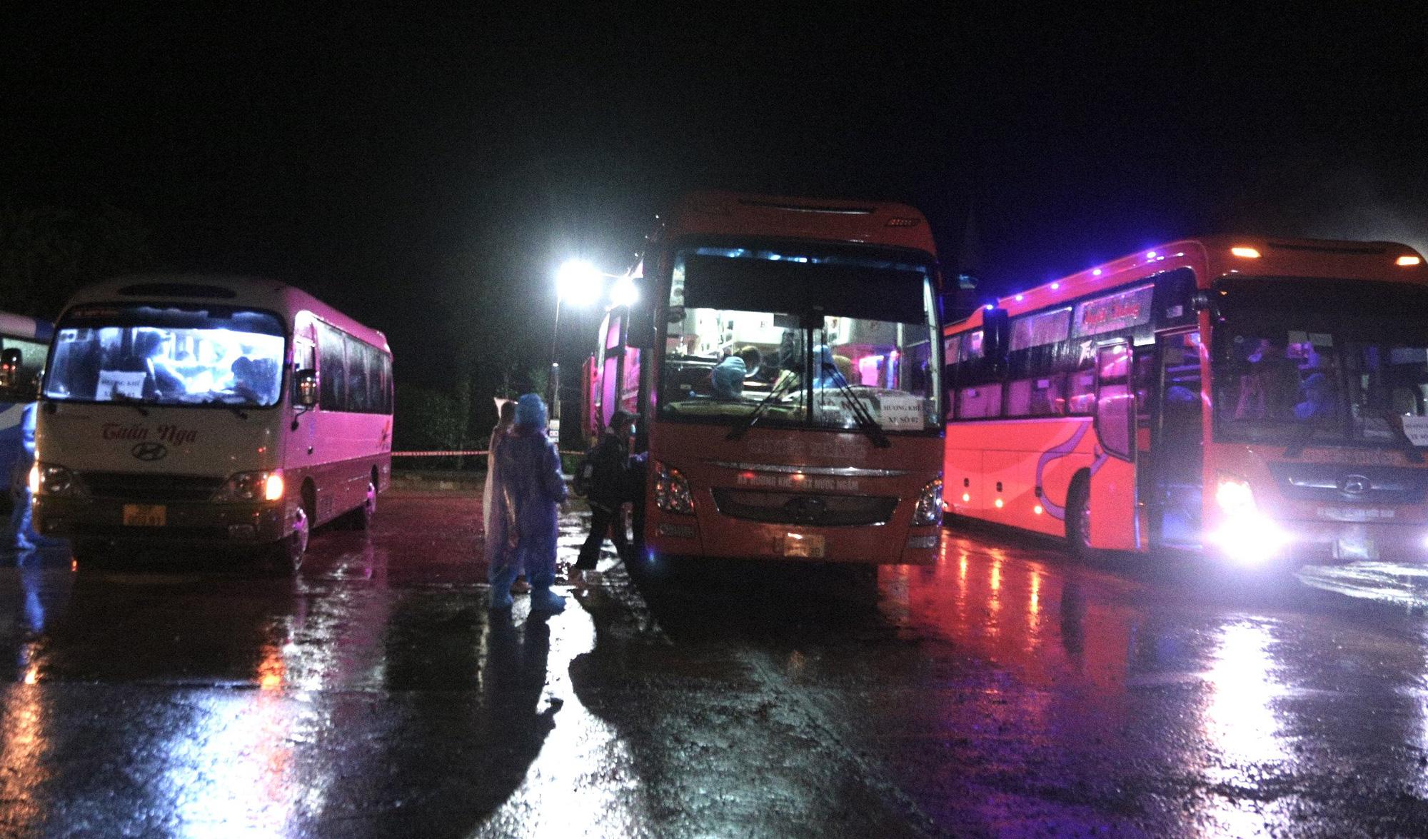 Xúc động đón hơn 800 công dân từ TP.HCM hồi hương về Hà Tĩnh - Ảnh 8.